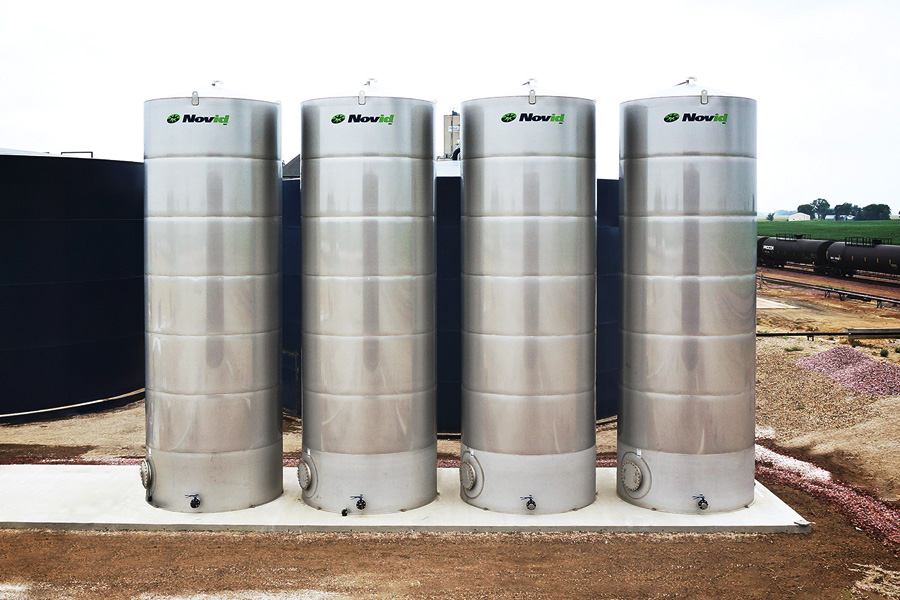 Novid stainless steel flat bottom liquid storage tanks lined up
